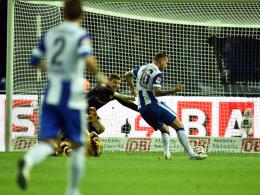 Gegen den Ex-Klub: Julian Schrieber (re.) trifft zur 1:0-Führung gegen Dortmund.