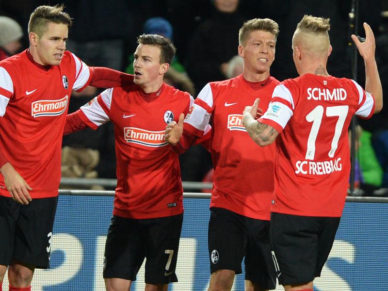 ...auf der Gegenseite kann der Innenverteidiger Frantz (2. v. re.) nicht am 1:0 für Freiburg hindern.