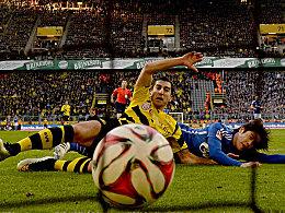 Die Gier entschied: Mkhitaryan grätscht die Kugel gegen Uchida zum 2:0 ins Tor.
