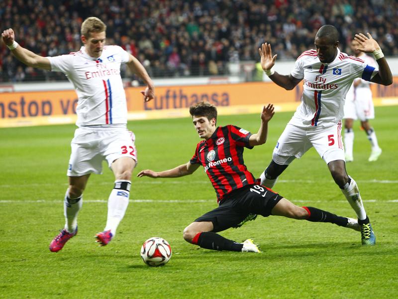 Lucas Piazon kommt gegen Johan Djourou zu Fall.