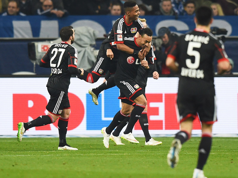 Jubeltraube nach dem 1:0: Karim Bellarabi wird nach seinem Tor von den Kollegen geherzt.