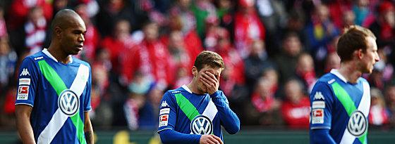 Au weia: Die Wolfsburger Naldo, Jung und Arnold (v.li.) sichtlich bedient.