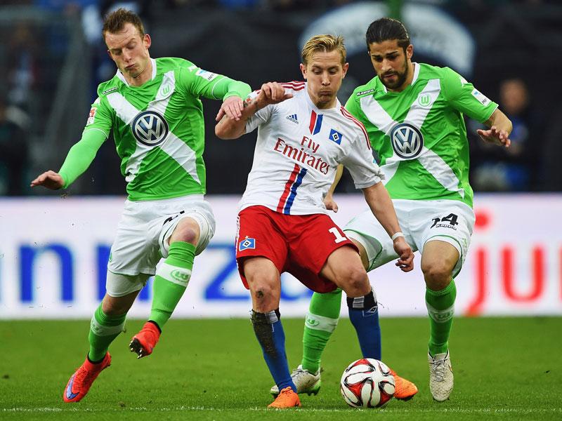 Umzingelt: Hamburgs Holtby wird von den Wolfsburgern Arnold und Rodriguez attackiert.
