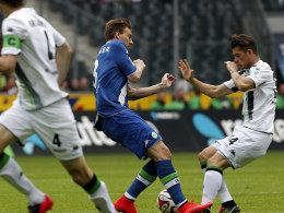 Aufgepasst: Wolfsburg Nicklas Bendtner ringt mit Granit Xhaka (re.) um den Ball.
