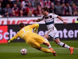 Mario Götze umkurvt Torhüter Bernd Leno, verpasst aber den Abschluss ins Tor.