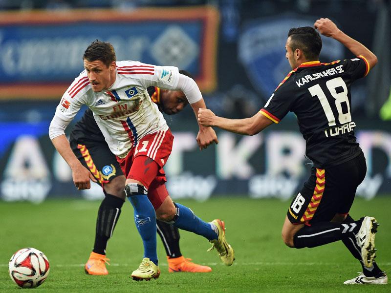 Hamburgs Ilicevic sprintet los, Karlsruhes Torres hat Mühe hinterherzukommen.