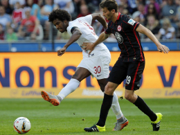 Augsburgs Caiuby (li.), hier gegen Frankfurts Abraham, traf zur Führung des FCA.