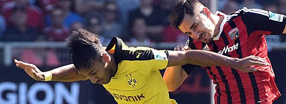 Synchronflug: Dortmunds Pierre-Emerick Aubameyang gegen Benjamin Hübner (re.).