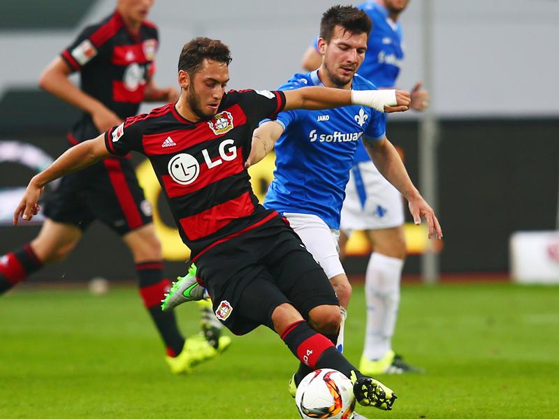 Leverkusens Hakan Calhanoglu (li.) im Zweikampf mit Darmstadts Jerome Gondorf.