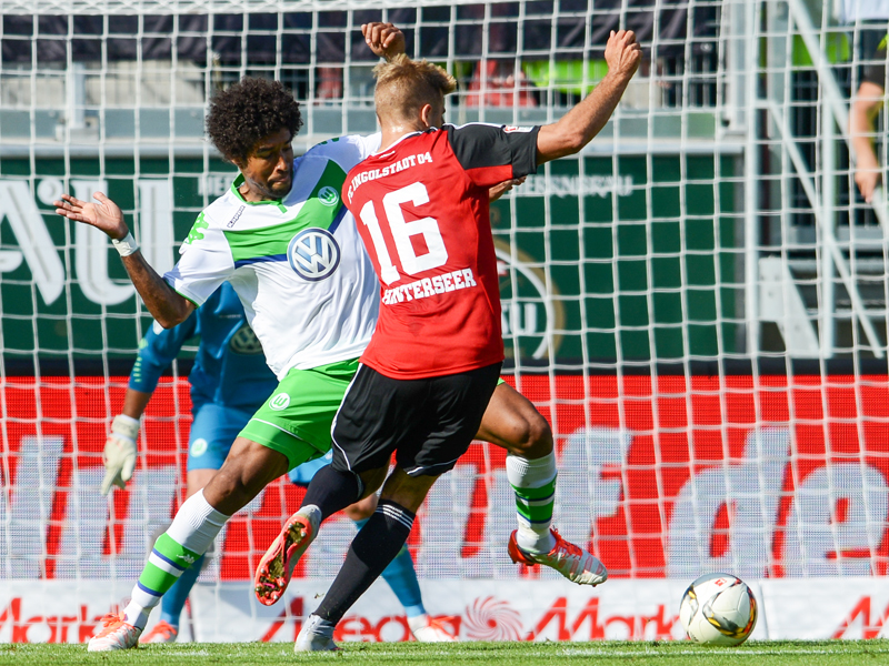 Defensiv gleich im Einsatz: VfL-Zugang Dante (li.) klärt gegen Lukas Hinterseer.
