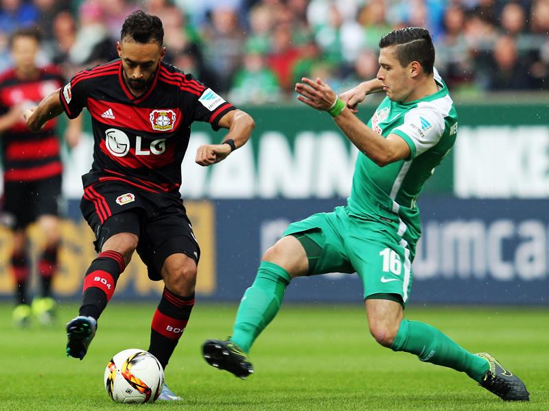 Leverkusens Karim Bellarabi (li.) im Zweikampf mit Bremens Zlatko Junuzovic.
