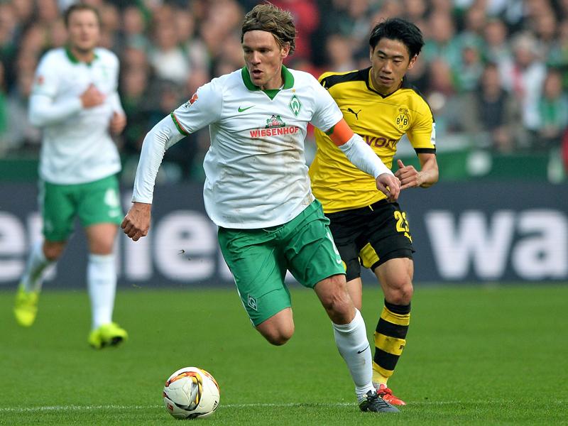 Bremens Clemens Fritz (li.) gegen Dortmunds Shinji Kagawa.