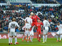 Und ab damit: Marcelo (Mitte) nutzt seine Lufthoheit und bringt Hannover per Kopf in Führung.