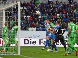 Der Ausgleich: Steven Zuber (3.v.l.) steigt hoch und nickt für Hoffenheim zum zwischenzeitlichen 1:1 ein.