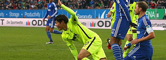 Ich war's: Augsburgs Hong dreht nach seinem Treffer zum 1:0 zum Jubeln ab.