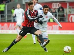 Kampf um den Ball: Ingolstadts Leckie (li.) gegen Mainz-Spielmacher Malli.
