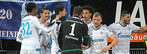Jubel nach dem 2:0: Die Schalker Spieler am Böllenfalltor.