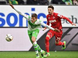 Auf der Jagd nach dem Ball: Wolfsburgs Sebastian Jung und Kölns Filip Mladenovic (re.).