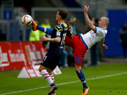 Hohes Bein: Hamburgs Josip Drmic im Duell mit Simon Zoller (li.).