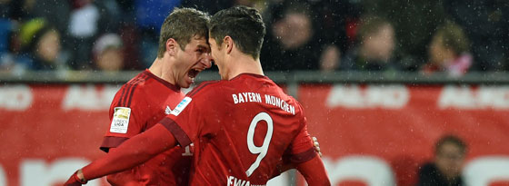 Feierten gemeinsam ihre drei Treffer: Thomas Müller und Robert Lewandowski (#9).