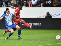 Eiskalt vollstreckt: Jhon Cordoba (re.) ignoriert Fabian Schär und trifft zum 1:0.