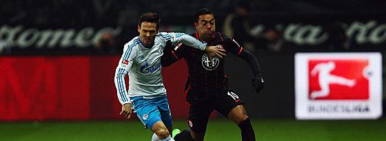 Auf die Pelle rücken: Schalkes Sascha Riether gegen Marco Fabian (re.).
