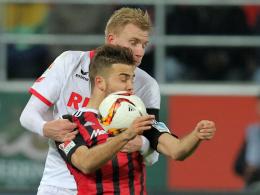 Kölns Frederik Sörensen (hinten) gegen Ingolstadts Lukas Hinterseer