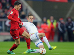 Wohl getimte Grätsche: Mainz' Abwehrmann Bungert stoppt Lewandowski.