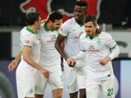 Werder Bremen jubelt über das 1:0 von Fin Bartels (re.).