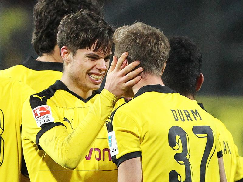 Jubel nach dem 2:0: Julian Weigl (li.) freut sich mit Torschütze Erik Durm.
