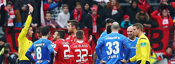Ab mit dir: Schiedsrichter Benjamin Brand zeigt Giulio Donati (#2) Rot.