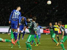 Kopfball ins Glück: Niklas Stark (li.) hat keine Gegenwehr und erhöht zum 2:0 gegen Schalke.
