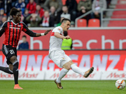 Stuttgarts Kostic ist da Costa entwischt und überwindet FCI-Keeper Özcan - 1:1.