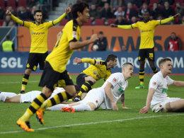 Jubel nach dem etwas schmeichelhaften 1:1-Ausgleich: Henrikh Mkhitaryan (Mitte unten) lässt die Dortmunder Kollegen feiern.