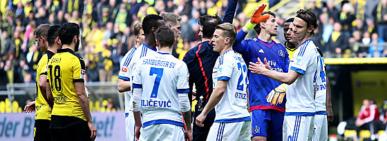 Wenn's nicht läuft, dann läuft es nicht: HSV-Keeper René Adler (4.v.re.) winkt ab.