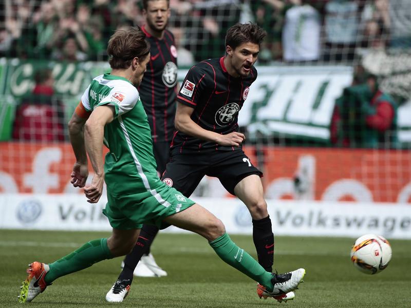 Bremens Kapitän Clemens Fritz gegen Frankfurts Aleksandar Ignjovski.