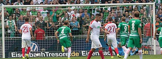 Zwischenhoch: Bremens Aron Johannsson trifft zum 1:0.