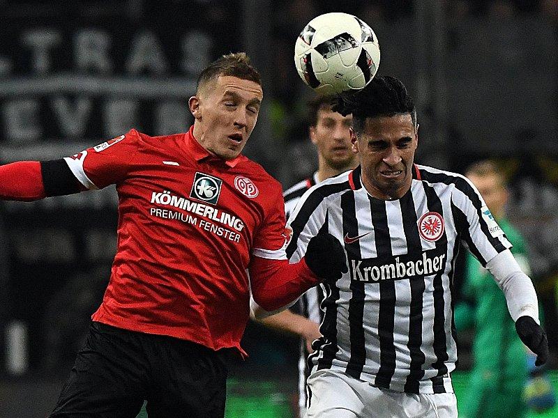 Augen zu und durch: Mainz' Pablo De Blasis gegen Omar Mascarell (re.).