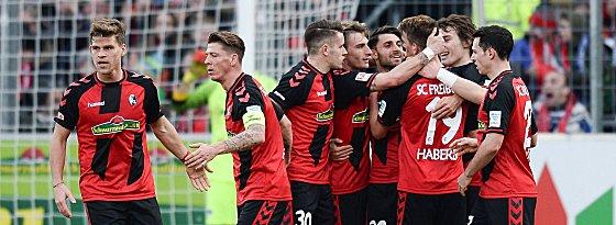 Freiburger Freude: SC-Spieler bejubeln das soeben erzielte 1:0 von Haberer.