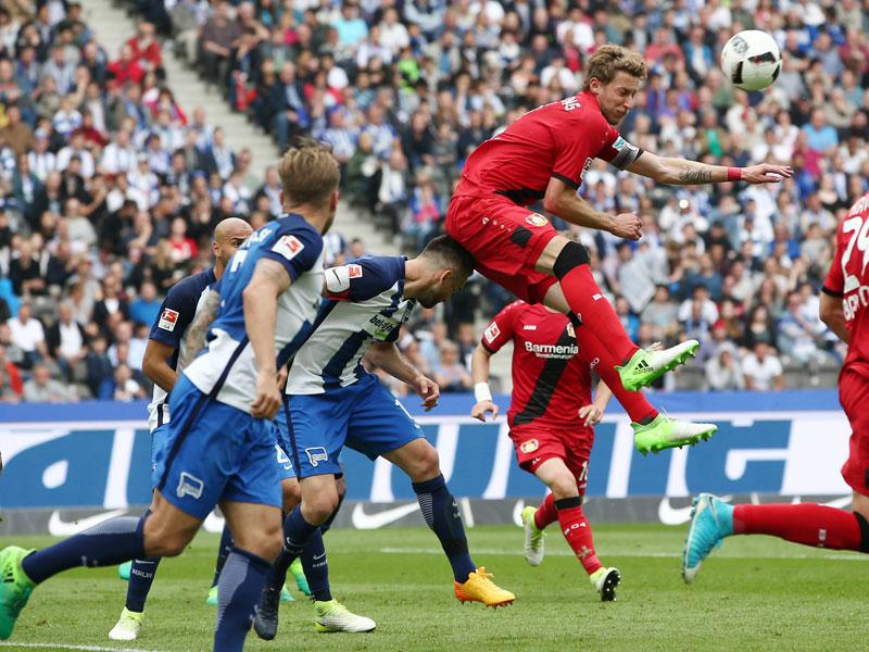 Überlegen: Bayer Leverkusen um Stefan Kießling, hier im Duell mit Vedad Ibisevic (unten), erwies sich für die Hertha als eine Nummer zu groß.