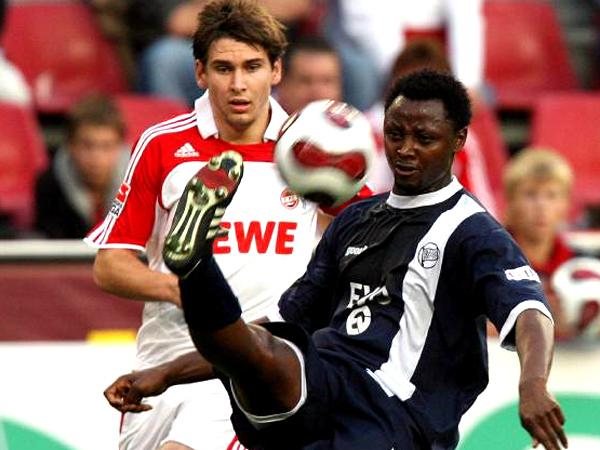 Vor dem internationalen Comeback: Offenbachs Moses Sichone, hier vorne gegen Kölns Helmes.