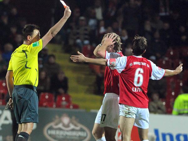 Stefan Leitl (Nr.6) sieht die rote Karte