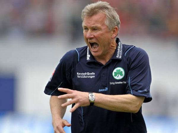 Fußball, 2. Bundesliga: Benno Möhlmann verlängert bei der SpVgg bis 2010.