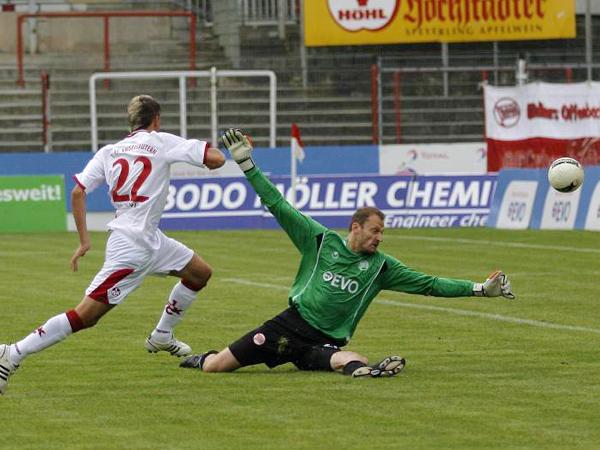 Hoffnungsträger: FCK-Neuzugang Ivo Ilicevic trifft hier im Test gegen Offenbachs Torwart Wulnikowski.