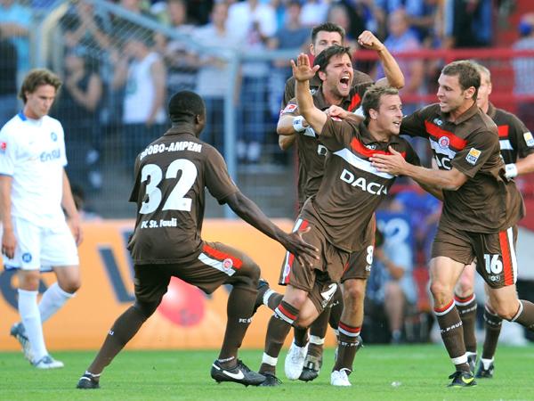 Gewohntes Bild: Der FC St. Pauli jubelt, der Gegner schaut bedröppelt drein.