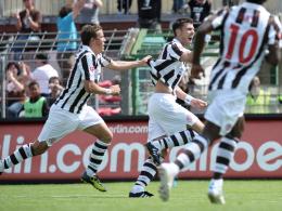 Völlig losgelöst: St. Paulis Fabian Boll (Mitte) feiert den ersten seiner Treffer gegen Ingolstadt.
