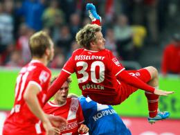 Matchwinner: Rösler, hier gegen Bochums Kopplin, brachte Düsseldorf per Fallrückzieher in Front.