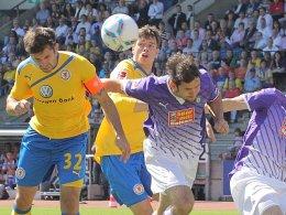 Sein frühes Führungstor reichte nicht: Eintracht-Kapitän Kruppke köpft zum 1:0 ein.