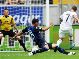Der dritte Streich: Köhler (re.) erzielt das 3:0 der Eintracht gegen den FSV Frankfurt.