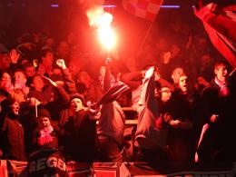 Aufgeheizte Stimmung: Düsseldorfer Fans beim Spiel in Duisburg.